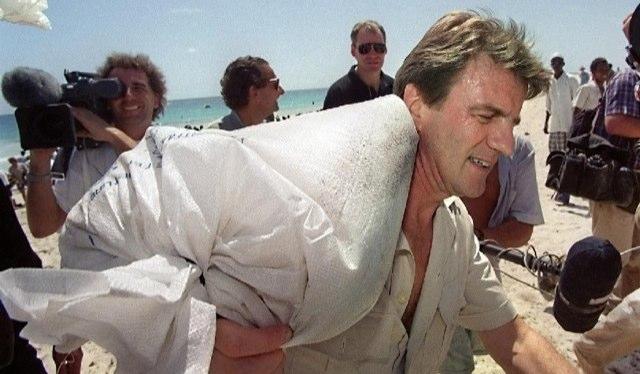 Bernard Kouchner porta un sacco di riso ai bambini della Somalia