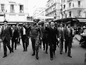 ALGER, ALGERIE - 14 MAI: En visite officielle en Algerie, le Premier ministre cubain Fidel Castro accompagne du Colonel Boumediene traverse la ville a pied, le 14 mai 1972 a Alger, Algerie. (Photo by Keystone-FranceGamma-Rapho via Getty Images)